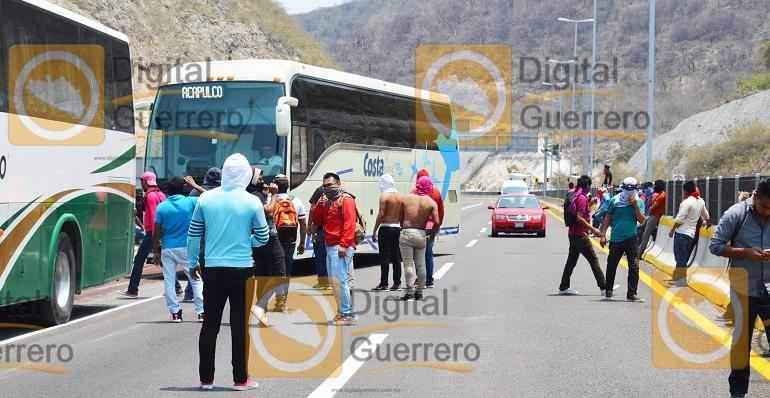 normalistas_ayotzinapa_autopista_autobuses