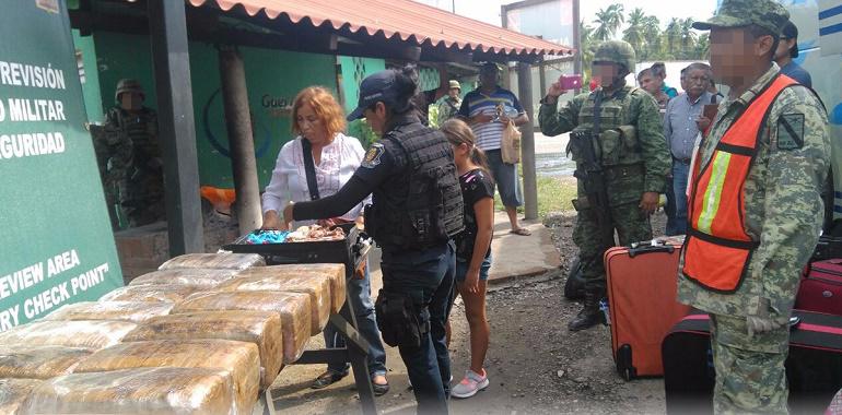 Ejército Mexicano y Policía Estatal aseguran presunta marihuana en autobús de pasajeros