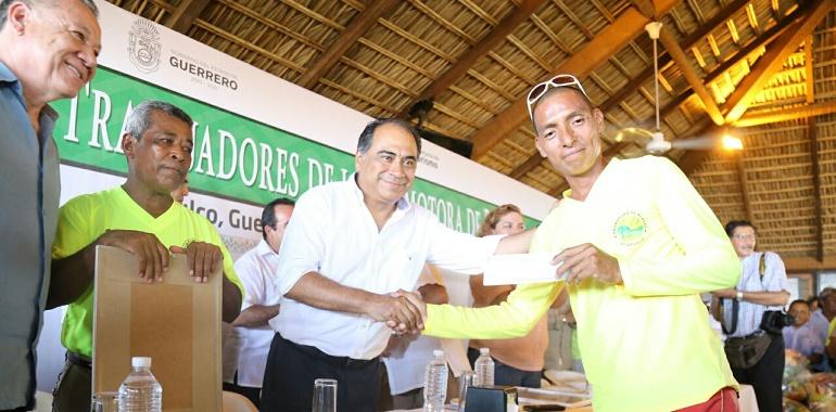 Entrega Héctor Astudillo a Promotora de Playas apoyos por más de 5 mdp en bonos 1