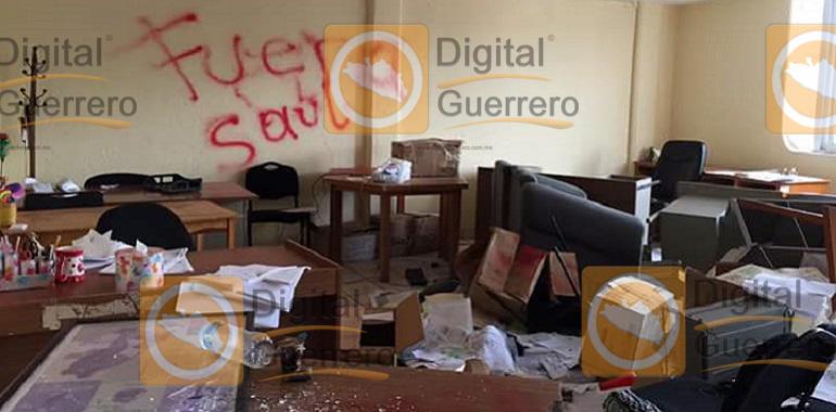 Maestros causan destrozos en sede alterna de la SEG, en Chilpancingo 1
