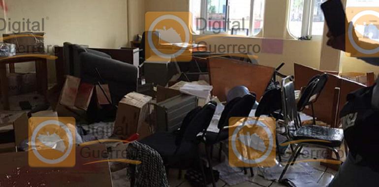 Maestros causan destrozos en sede alterna de la SEG, en Chilpancingo
