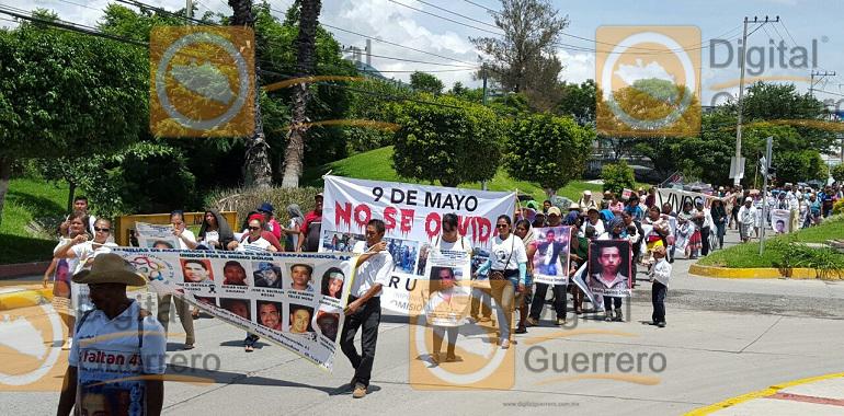 Marchan familiares de víctimas de desaparición forzada, en Chilpancingo