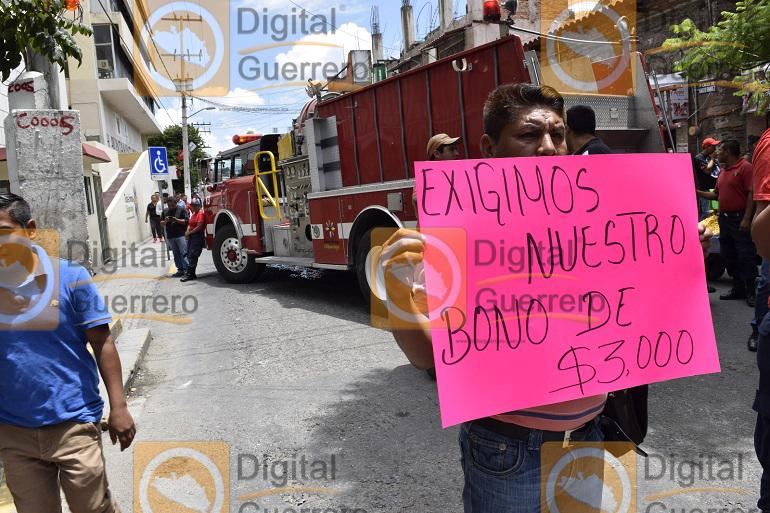 Protestan Bomberos en el Ayuntamiento de Chilpancingo; exigen pago de bono 1