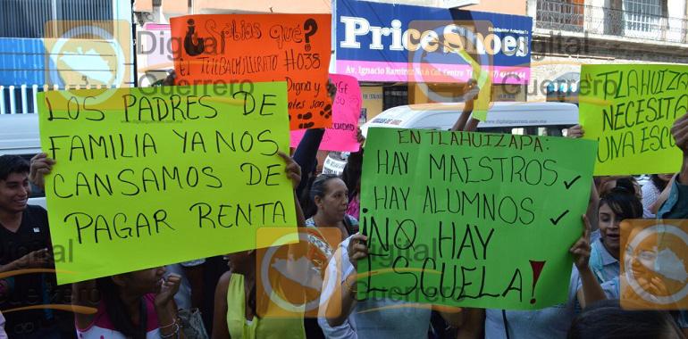 Protestan estudiantes en el Ayuntamiento de Chilpancingo; exigen construcción de una escuela digna