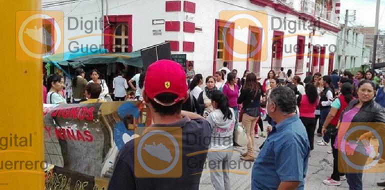 Bloquean padres de familia y maestros en Zumpango; exigen la entrega de un Cendi 1
