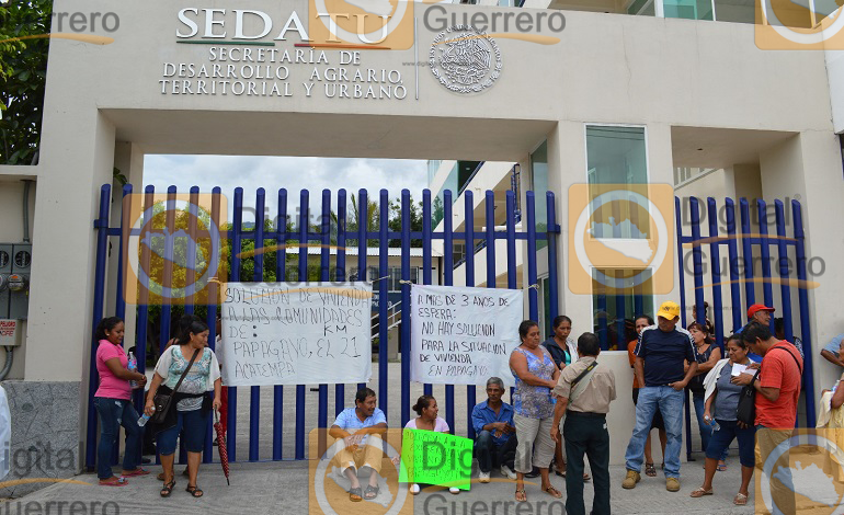 damnificados-de-acapulco-y-tierra-colorada-se-plantan-en-sedatu-para-exigir-su-reubicacion