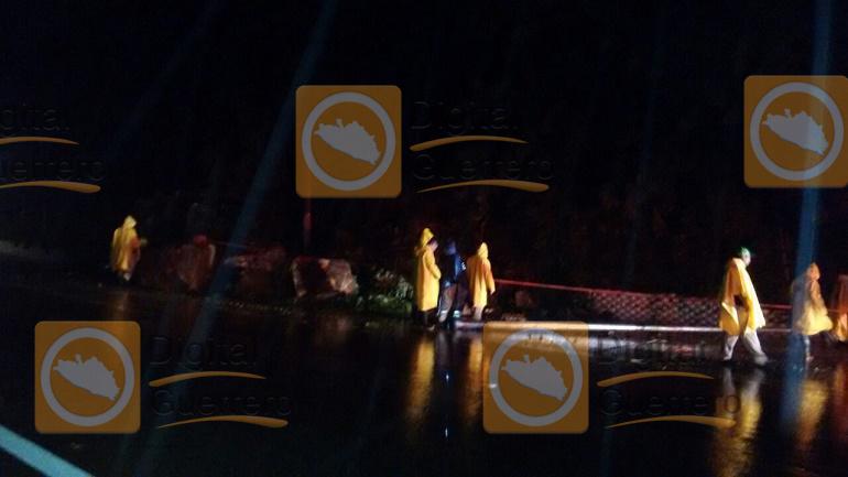 Lluvia provoca deslave sobre la avenida escenica 2