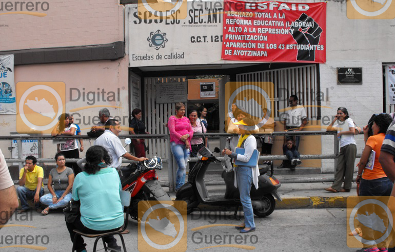maestros-y-administrativos-bloquean-en-chilpancingo-por-falta-de-pagos