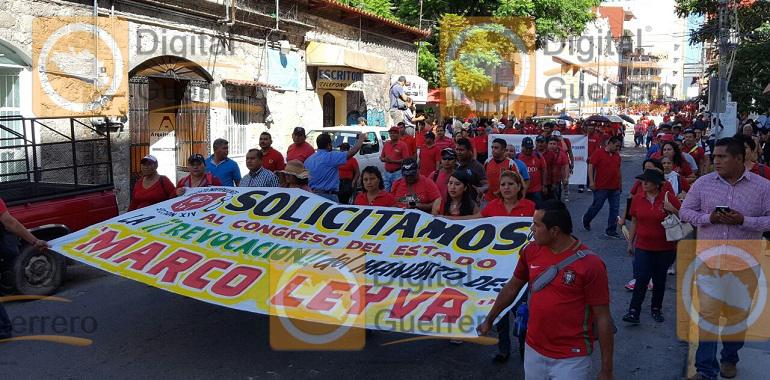 Marchan trabajadores del Ayuntamiento de Chilpancingo, para pedir la destitución de Marco Leyva