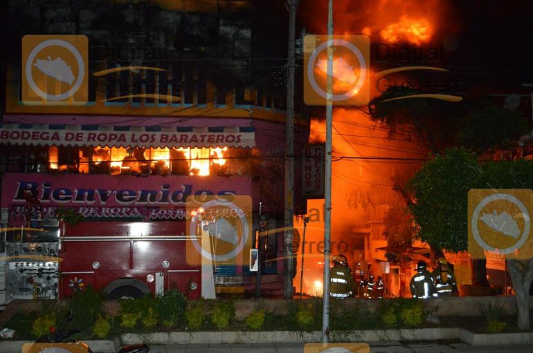 Se incendia conocida tienda de ropa en Chilpancingo 1
