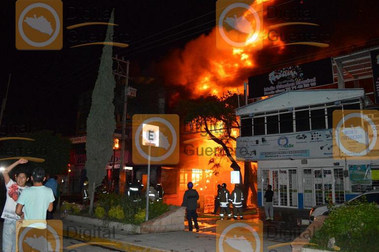 Se incendia conocida tienda de ropa en Chilpancingo 2