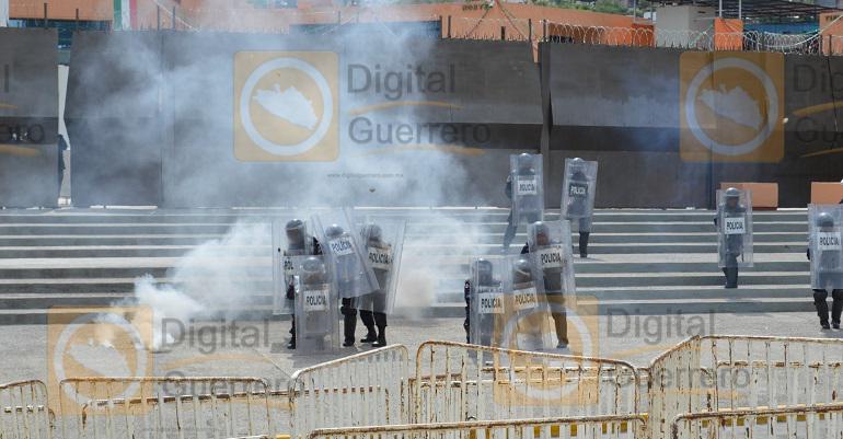 enfrentamiento_normalistas_ayotzinapa_palacio_gobierno-2