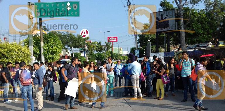 bloquean-alumnos-de-la-uagro-en-chilpancingo-exigen-la-destitucion-de-un-maestro