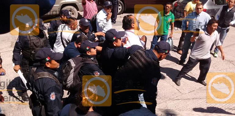 policias-de-chilpancingo-retienen-y-esposan-a-funcionario-municipal