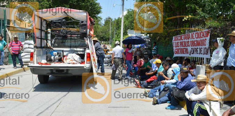 protesta-ceteg-en-fiscalia-por-asesinato-de-dos-normalistas-de-ayotzinapa-1