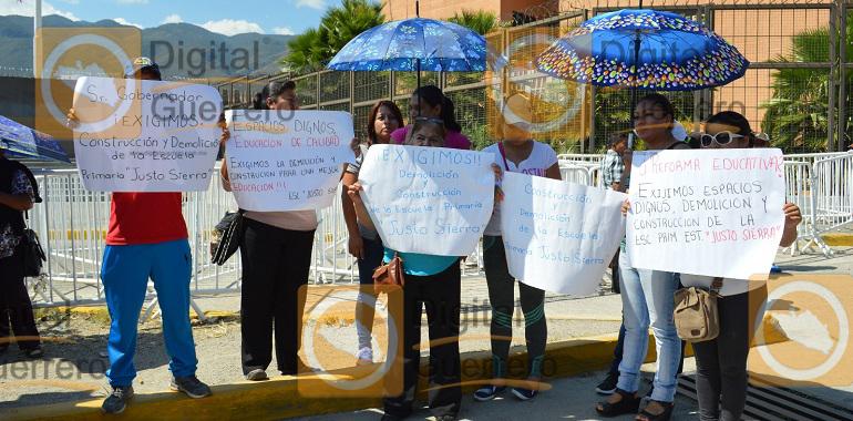 protestan-padres-de-familia-en-palacio-de-gobierno-exigen-la-reconstruccion-de-una-escuela