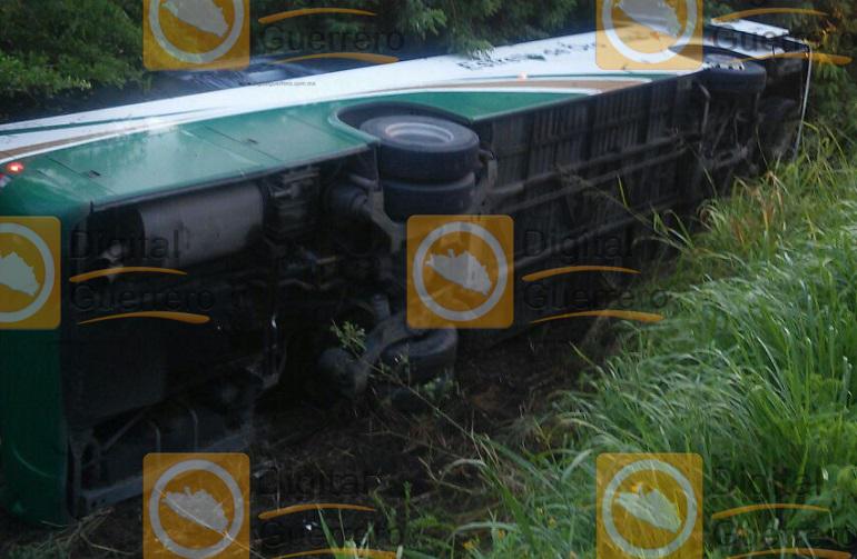 vuelca-autobus-en-carretera-acapulco-zihuatanejo-hay-varios-heridos-2