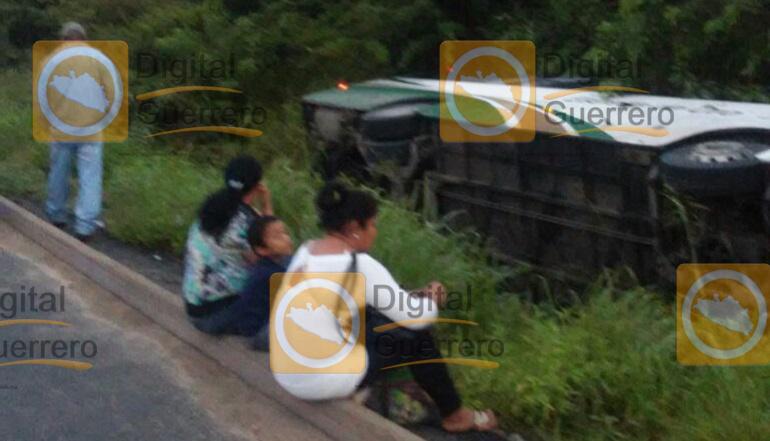 vuelca-autobus-en-carretera-acapulco-zihuatanejo-hay-varios-heridos