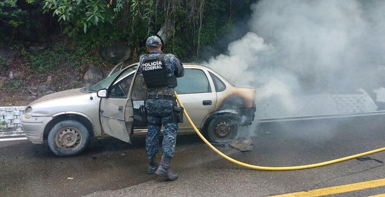 incendio_vehiculo_escenica_acpaulco_gendarmeria-2