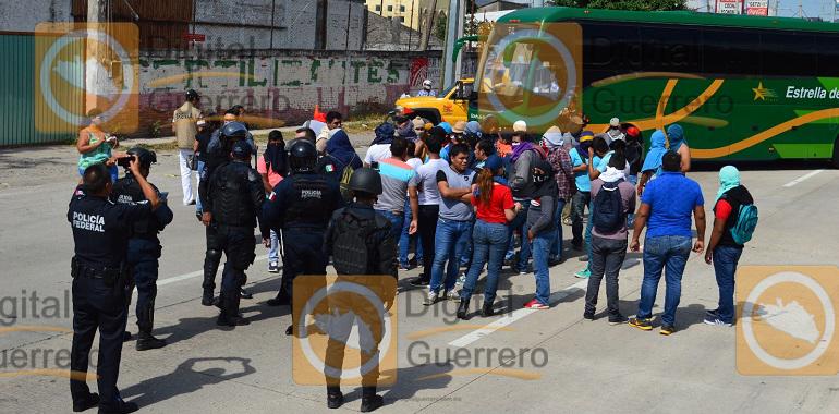bloquean-normalistas-de-ayotzinapa-la-autopista-del-sol-reanudan-busqueda-de-los-43-1