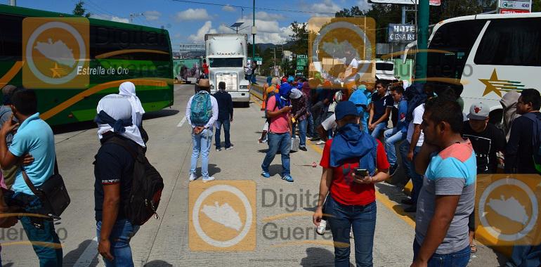 bloquean-normalistas-de-ayotzinapa-la-autopista-del-sol-reanudan-busqueda-de-los-43