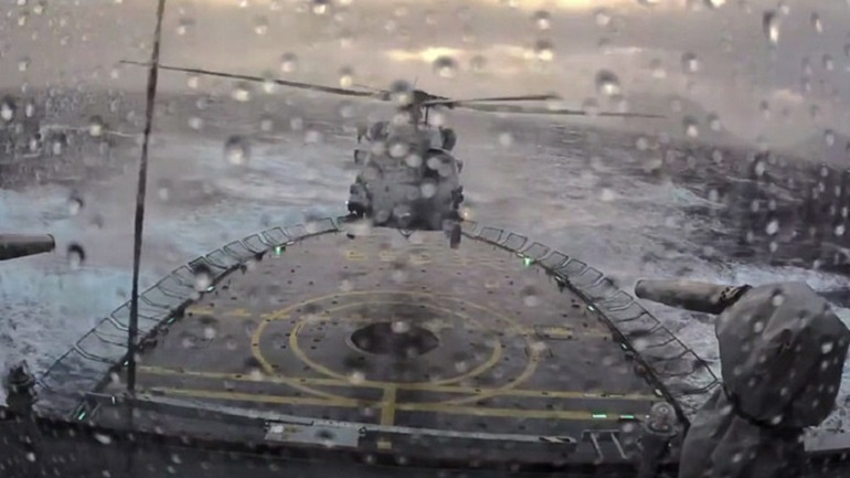 aterrizaje_helicoptero_buque_tormenta