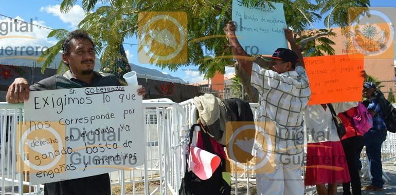 protestan-ex-trabajadores-del-ayuntamiento-de-tecoanapa-en-palacio-de-gobierno-1