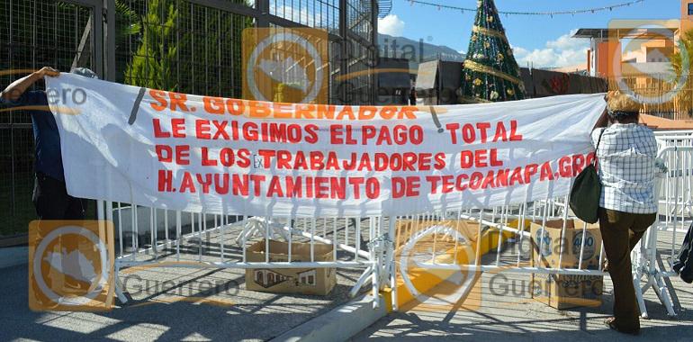protestan-ex-trabajadores-del-ayuntamiento-de-tecoanapa-en-palacio-de-gobierno