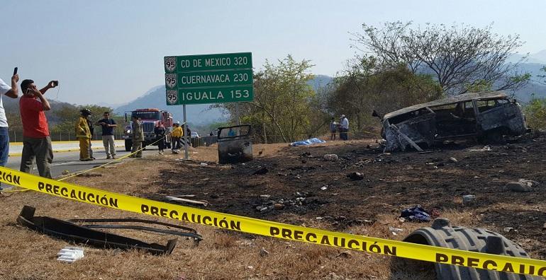Chocan tráiler y camioneta en Guerrero, dejando cuatro muertos