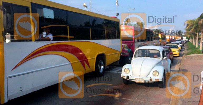 Transportistas bloquean por 3 horas Costera de Acapulco