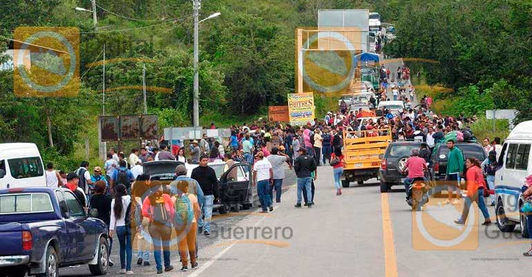 Asaltan a pasajeros y queman autobús en Guerrero